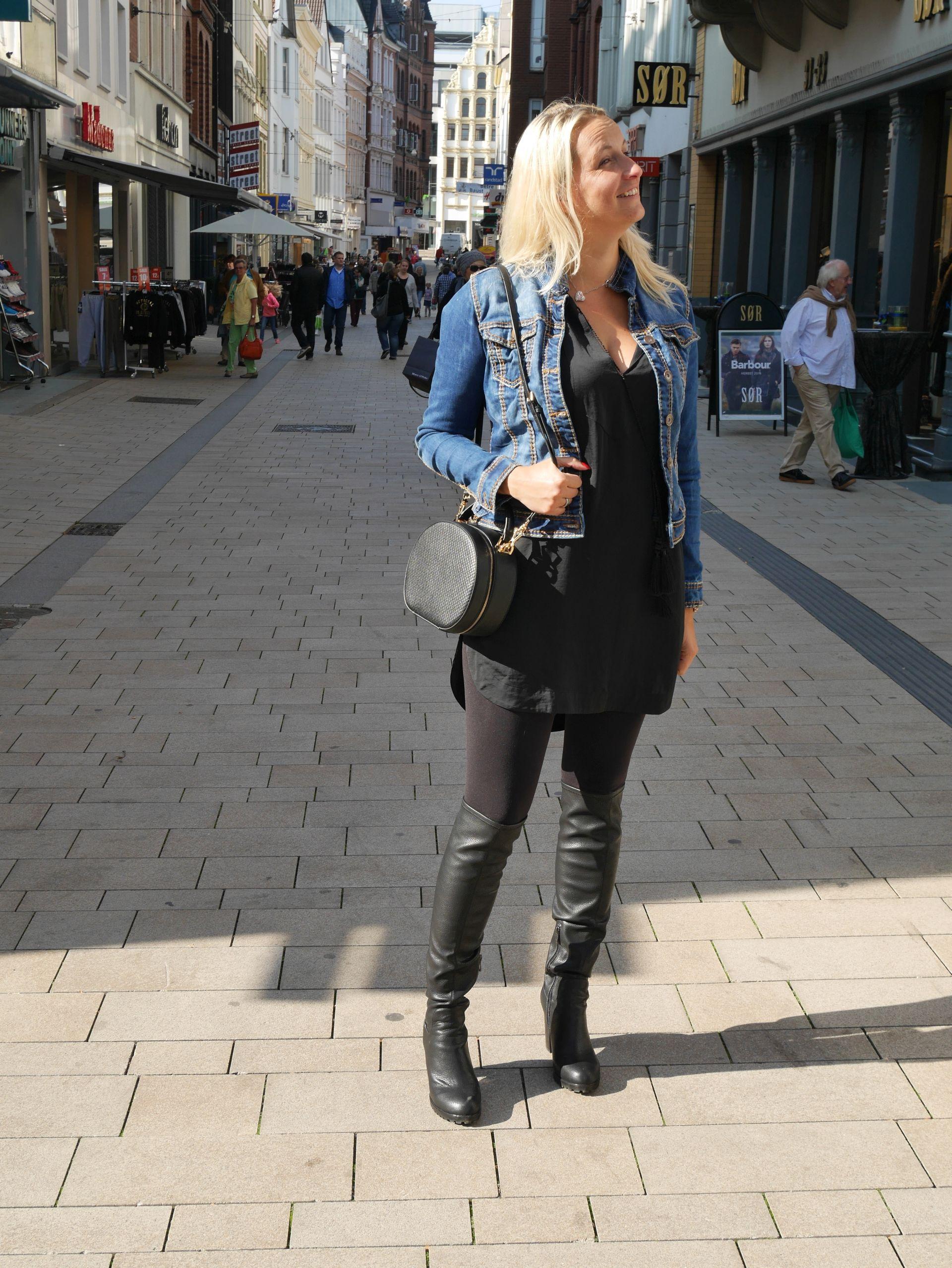 Schwarzes kleid jeansjacke