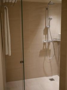 in dieser Dusche könnte problemlos die ganze Familie duschen...